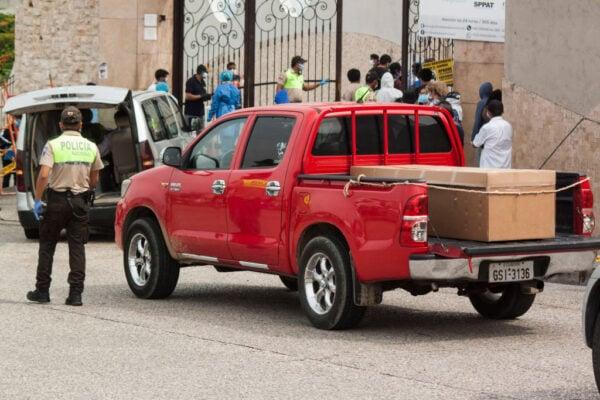 圖為,2020年4月9日,載著紙板棺材的車子,在墓地外的車輛大排長龍。(Eduardo Maquilon/Getty Images)