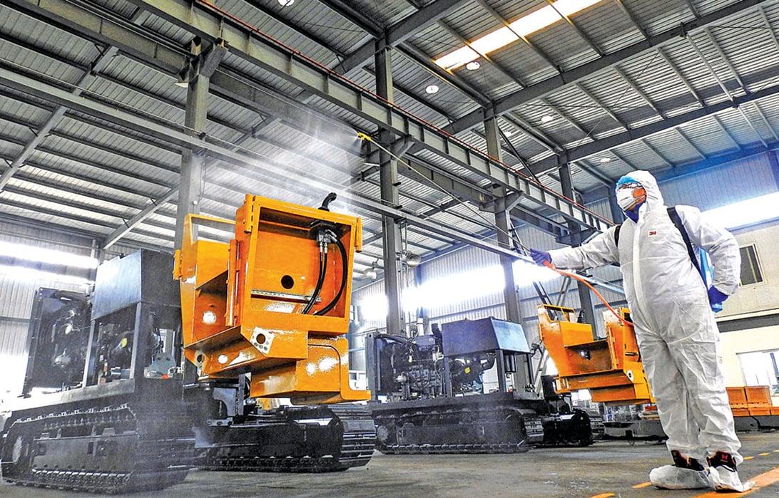 2月9日,江蘇連雲港一家工廠工人給機器消毒。(Getty Images)