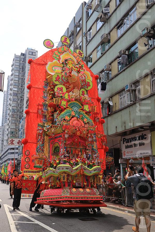 元朗十八鄕天后誕會景巡遊中,象徵「丁財兩旺」的第三炮,是眾多花炮中最為巨型和矚目的。(陳仲明/大紀元)