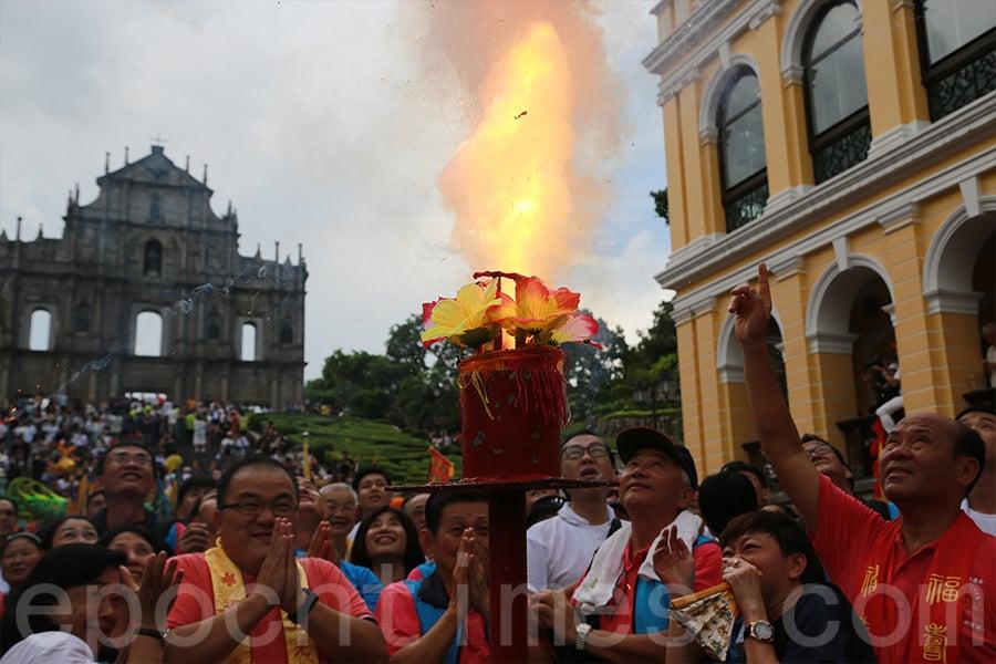 澳門大三巴哪吒誕中的搶花炮儀式也是從河上鄉引入。(陳仲明/大紀元)