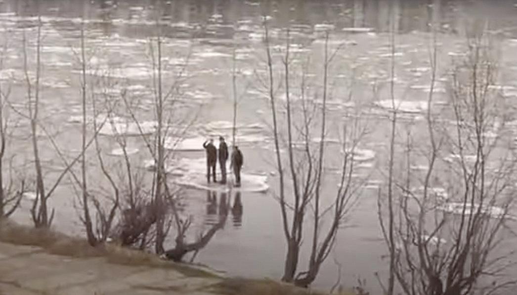 三俄羅斯男子站在浮冰上,順流而下。(影片截圖)