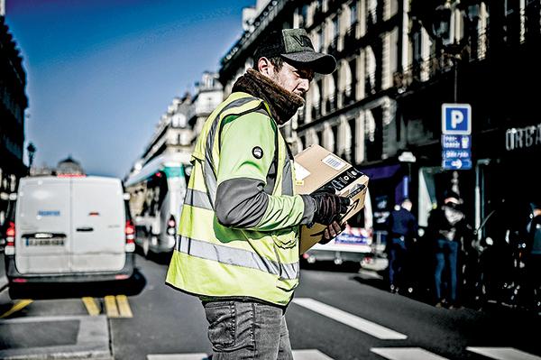 3月19日,法國巴黎一名亞馬遜包裹遞送員。(Getty Images)