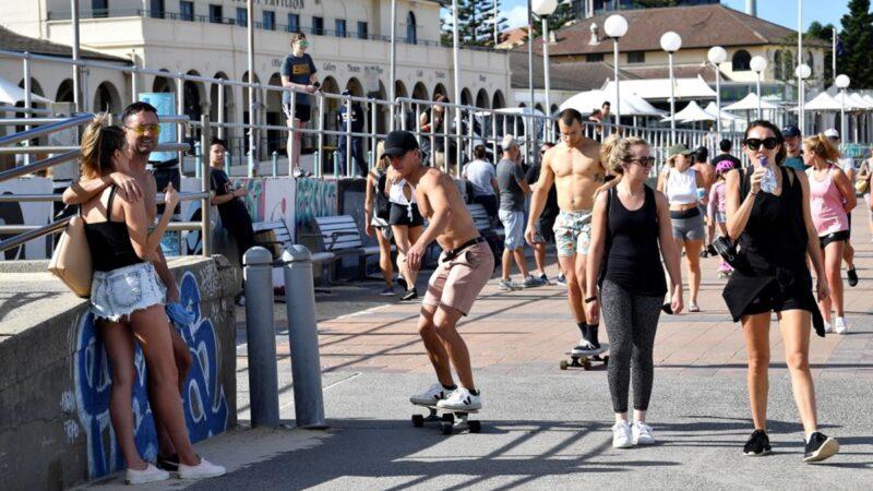 澳洲民眾海灘遊玩,絲毫不受疫情影響。(SAEED KHAN/AFP via Getty Images)