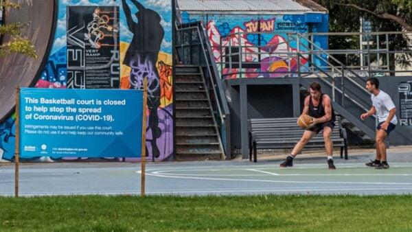 4月15日,澳洲民眾在戶外籃球場打籃球,絲豪不受疫情影響。(Asanka Ratnayake/Getty Images)