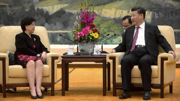 2016年7月25日,陳馮富珍(左)在北京與習近平(右)會面。(Getty Images)