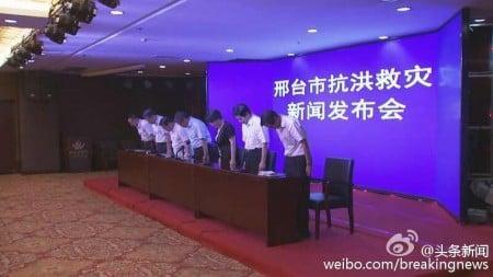 面對輿論壓力,邢台官方日前除了問責4名官員之外,還在當地五星級大酒店召開新聞發布會,邢台市長鞠躬致歉。(網絡圖片)