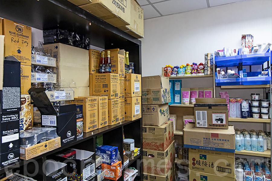 「瓹窿瓹罅」的貨倉,陳列著多種不同品牌的美食和生活用品。(陳仲明/大紀元)