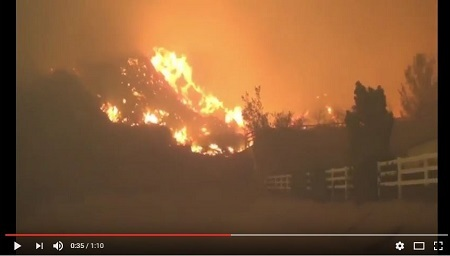 美國加州洛杉磯附近22日爆發大規模火災,目前已導致數千戶家庭疏散。當局還在大火席捲之處發現一具燒焦的屍體。(YouTube視像截圖)