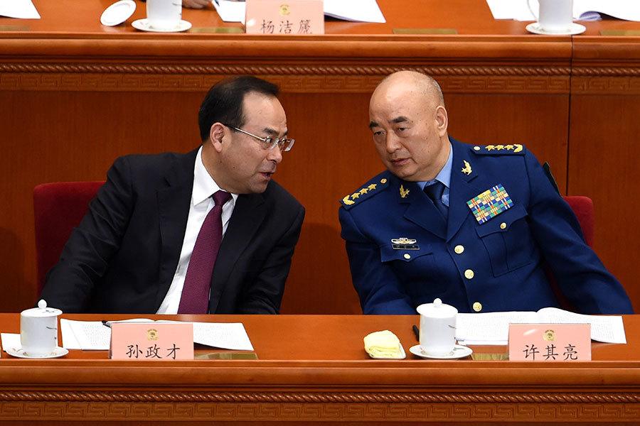 中共「十九大」將在明年召開,軍委高層換屆人事將面臨大調整。有消息說,中央軍委副主席許其亮(右)已被定為下屆軍委常務副主席人選。(WANG ZHAO/AFP/Getty Images)