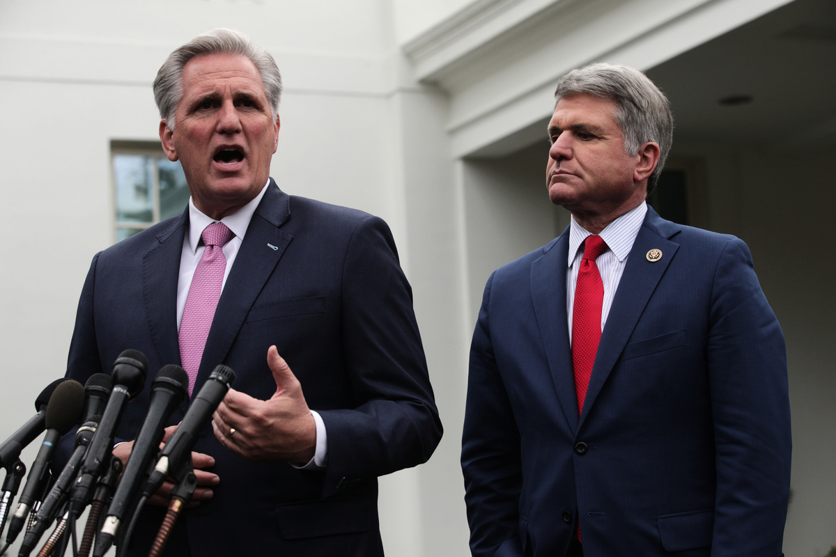美國國會眾議院外交事務委員會首席共和黨議員麥克麥考爾(右)、眾議院少數黨領袖凱文麥卡錫(Kevin McCarthy左)資料照。(Alex Wong/Getty Images)