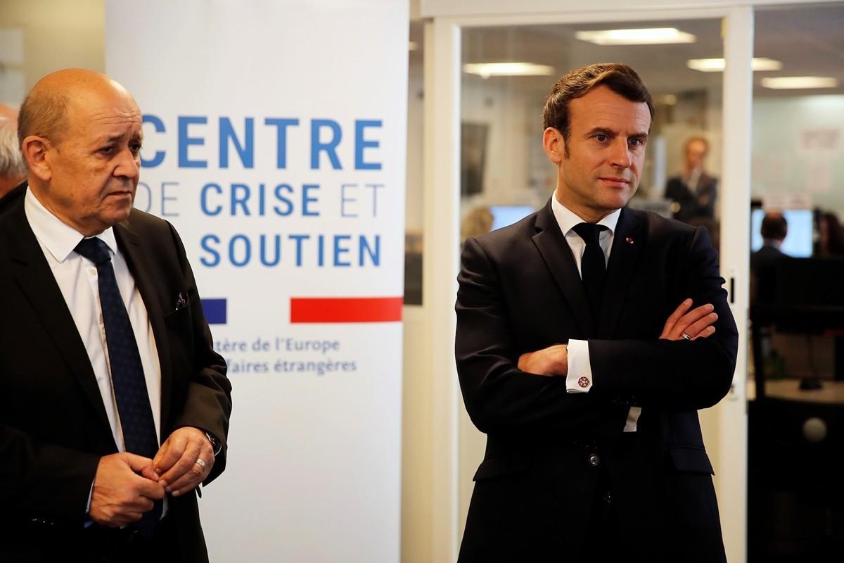 法國總統馬克龍指出,不要天真地認為中共防疫有效。圖為4月3日,法國外交部長德里安(Jean-Yves Le Drian)(左)和總統馬克龍在巴黎外交部疫情危機中心。(FRANCOIS MORI/POOL/AFP via Getty Images)