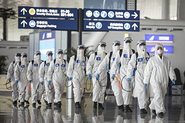 圖為2020年4月3日武漢天河國際機場,消防員準備消毒。 (Getty Images)