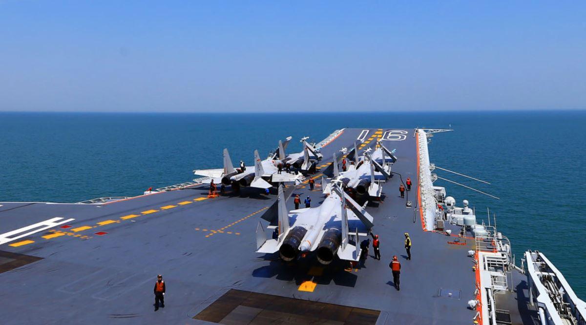 圖為2018年4月24日中共軍方遼寧號航母上J15戰鬥機正在為海上軍事演習做準備。(AFP via Getty Images)