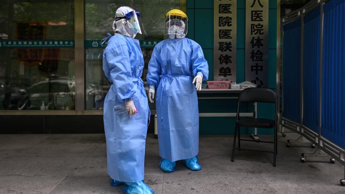 圖為武漢第八醫院的醫護人員。(HECTOR RETAMAL/AFP via Getty Images)