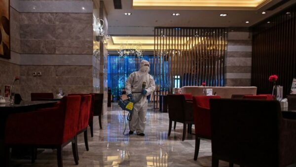 武漢已解封多日,但防疫工作並未放鬆,疫情存在二次爆發的隱患。(HECTOR RETAMAL/AFP via Getty Images)