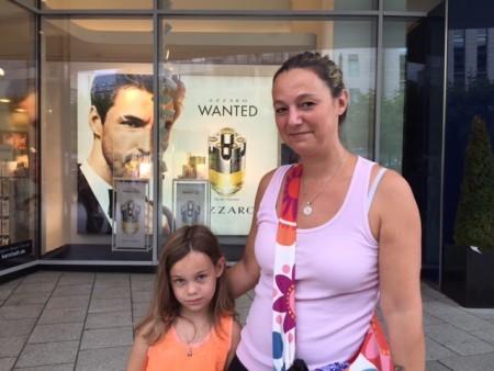 Peggy Schroeder帶著孩子購物,為女兒的安全擔心。(文婧/大紀元)