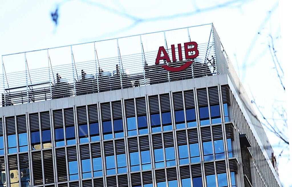 亞投行(AIIB)是中共「一帶一路」擴張戰略的重要資金來源,時任英國首相卡梅倫不顧美國盟友的反對,堅持使英國成為第一個申請加入亞投行的西方國家。(VCG / Getty Images)