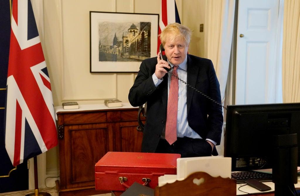 3月27日,約翰遜本人被確診感染中共病毒,成爲全球第一個中招的國家領導人。圖爲3月25日,伦敦唐宁街10号,约翰逊与英国女王伊丽莎白二世进行电话交谈。(Andrew Parsons-WPA Pool/Getty Images)