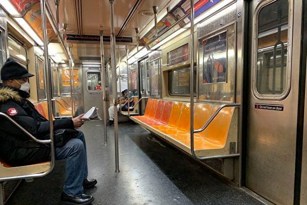 中共病毒重創紐約市,大都會運輸署(MTA)二千多名員工染疫,五十多人病亡。圖為紐約地鐵車廂裏乘客寥寥。 (林丹/大紀元)