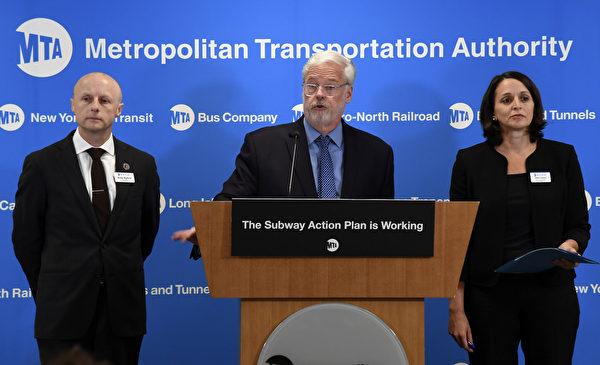 大都會運輸署(MTA)主席弗耶(Patrick Foye,中)3月28日確診感染了中共病毒。 (MTA辦公室提供)