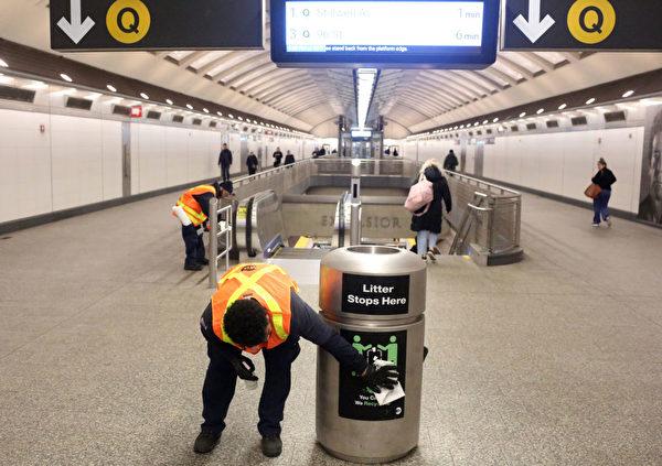 圖為清潔工在紐約市地鐵站內消毒。(Yana Paskova/Getty Images)