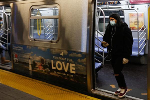 中共病毒重創紐約市,大都會運輸署(MTA)二千多名員工染疫,五十多人病亡。圖為2020年4月13日 乘客搭乘紐約地鐵的情景。(Photo by Spencer Platt/Getty Images)