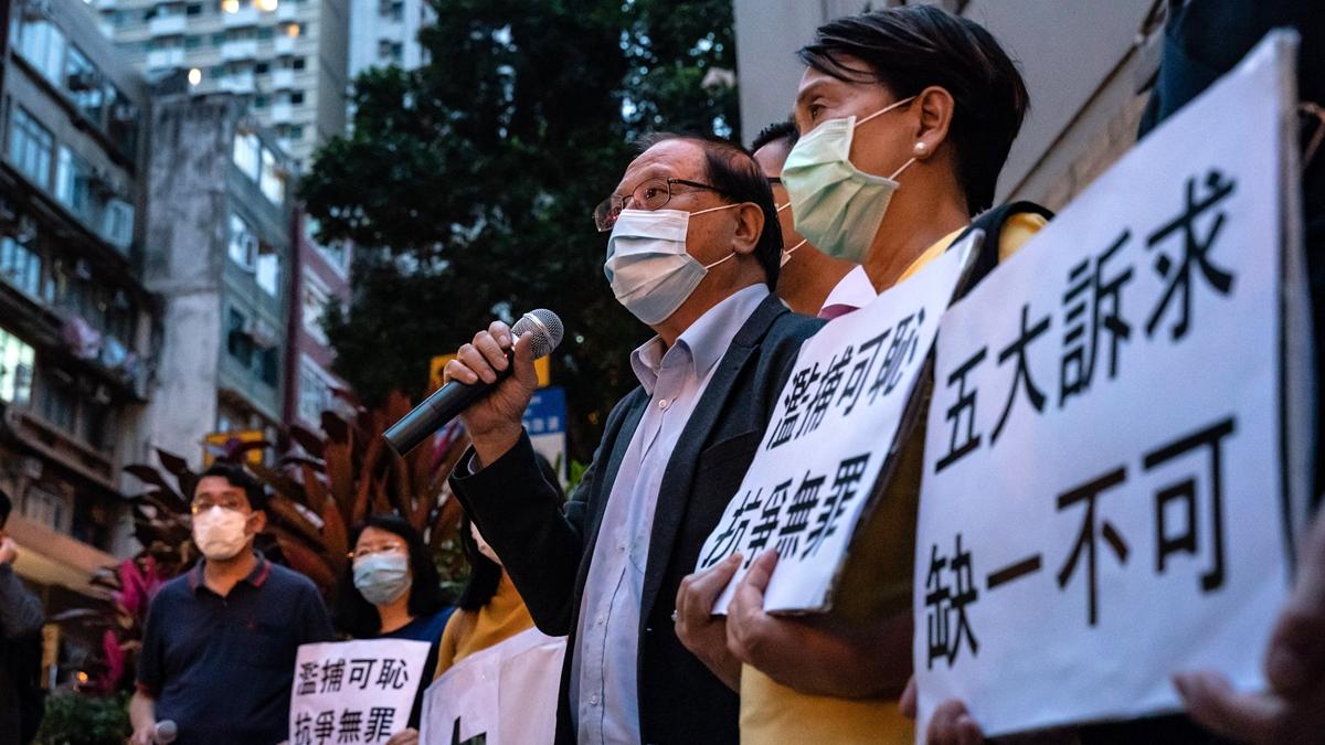 4月18日,港人在香港西區警察局外高舉標語和喊口號,抗議港府抓捕15名泛民派人士。(Anthony Kwan/Getty Images)
