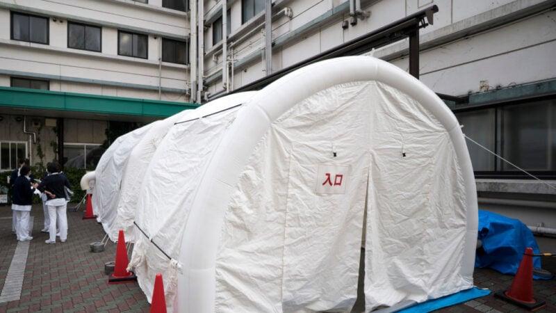 2020年4月17日,在日本東京的川北綜合醫院外,附設中共肺炎篩查帳篷。 (Tomohiro Ohsumi/Getty Images)
