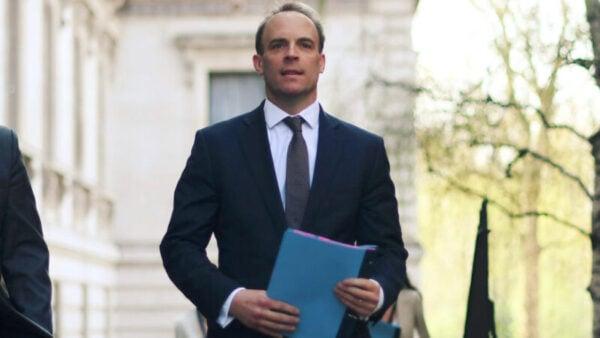 4月16日,英代理首相藍韜文在記者會上表示,將追究中共責任,絕不退縮。(Peter Summers/Getty Images)