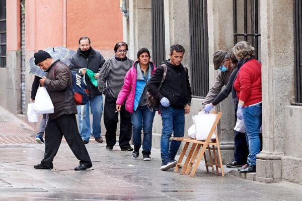 2020年4月16日,在西班牙馬德里的一座教堂,向無家可歸的人分發食品。 (Carlos Alvarez/Getty Images)