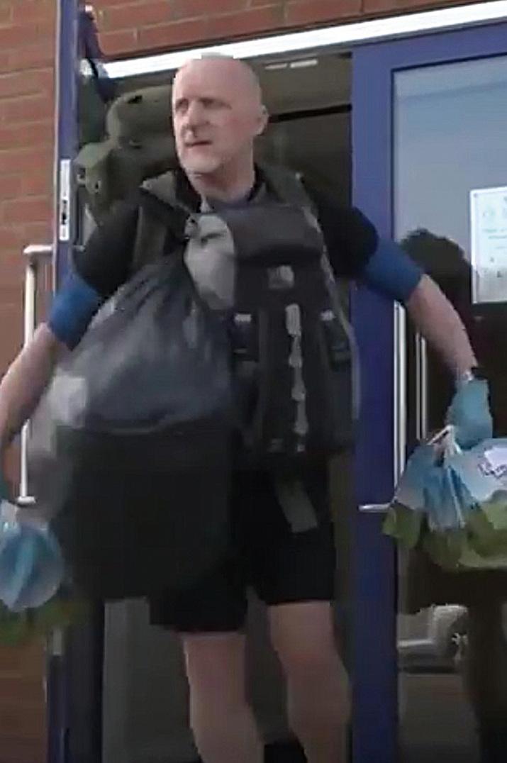英教師每天走八公里  為七十八名小學生送午餐