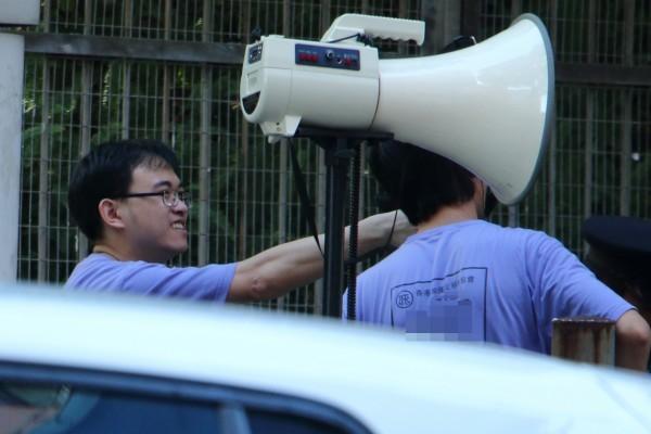 7月23日,中共外圍組織香港加僑反X教協會再升級滋擾程度,用大喇叭在新唐人舉辦的「全世界中國古典舞大賽」亞太區初賽場館——麥花臣場館外播放污衊錄音擾民,並懸掛多幅污衊展板及橫幅。(大紀元)