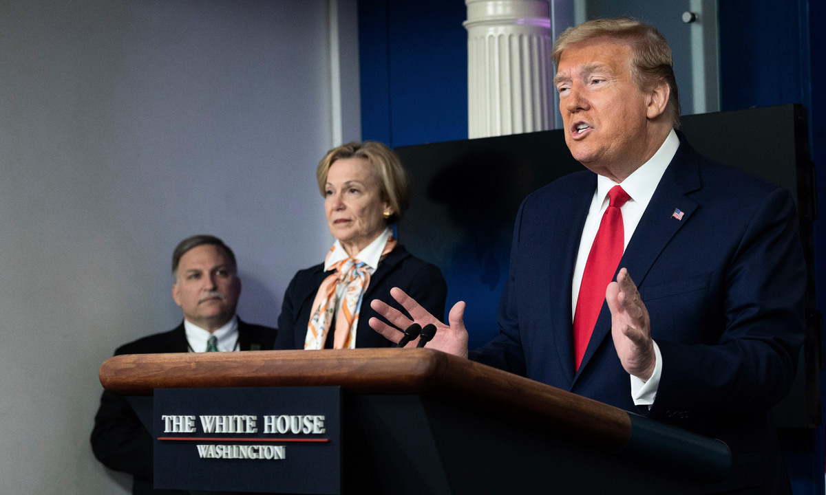 美國總統特朗普在周六(18日)的白宮疫情簡報會上說,這場大瘟疫如果是中共有意造成,肯定會有後果。 (Jim Watson/AFP via Getty Images)