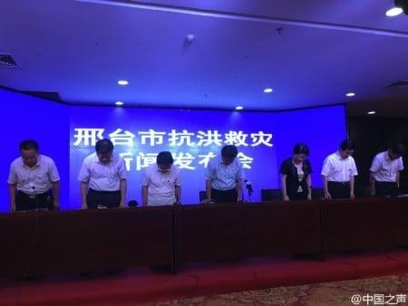 2016年7月23日河北邢台市官員在發布會上罕見道歉。(網絡圖片)