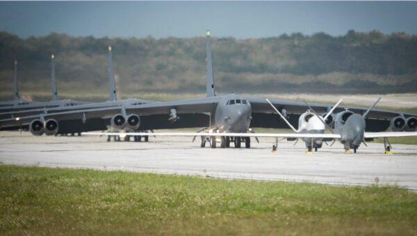 13日,B-52H轟炸機在關島安德森空軍基地以大象漫步的形式,展現其戰略威懾力。(面書圖片)