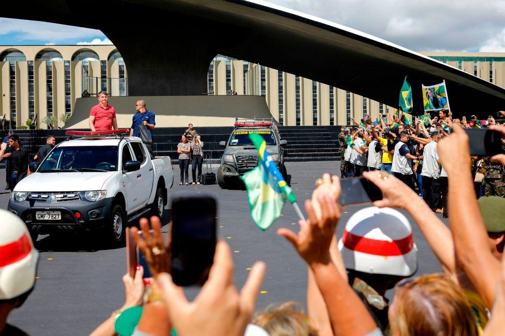 巴西總統博爾索納羅站在皮卡車的車斗向群眾講話。(SERGIO LIMA/AFP via Getty Images)