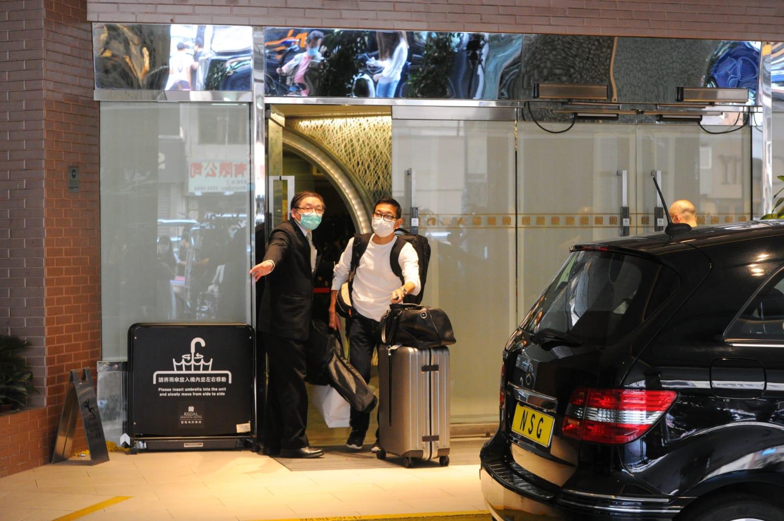 港府疑因檢疫措施不足,決定徵用九龍城的富豪東方酒店作為隔離中心。今日(20日)早上已有大批酒店住客陸續搬離酒店。(宋碧龍/大紀元)