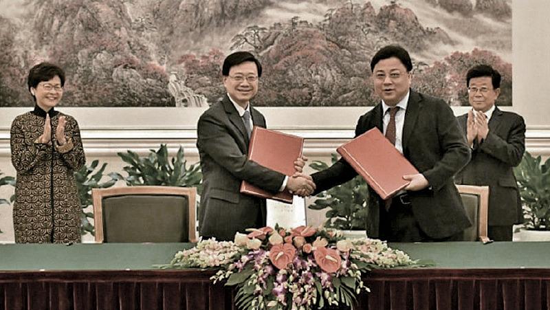 2017年12月14日,保安局長李家超(左二)與孫力軍(右二)在北京簽署《內地與香港特別行政區關於就採取刑事強制措施或刑事檢控等情況相互通報機制的安排》。(擷取政府新聞處網站影片)