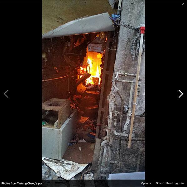 深水埗汝州街一唐樓昨日下午5時左右發生火警,該唐樓後巷濃煙滾滾,有市民拍到的照片中看到後巷火光紅紅。(Facebook擷圖)