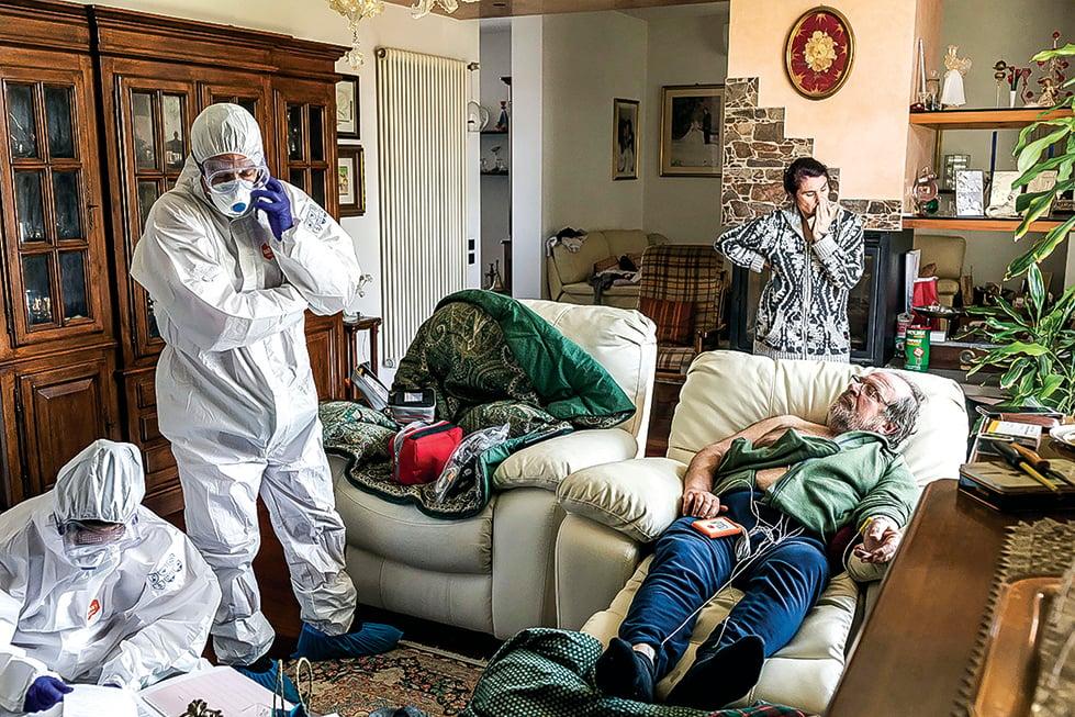 t在意國有許多感染者還來不及救治而死在家中。圖為4月5日意大利紅十字會救護員,到居民家中幫助請求救援的患者。(Getty Images)