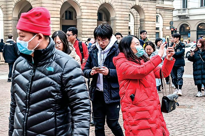 2月1日米蘭街頭仍有大量中國遊客,部份已經戴上口罩。(Getty Images)