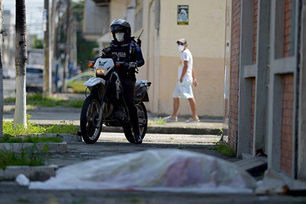 圖為2020年4月3日,在厄瓜多爾瓜亞亞基爾的一家診所外,警察看過屍體後說,需要等三天、才能有人力來拉走。(STR/Marcos Pin/AFP via Getty Images)