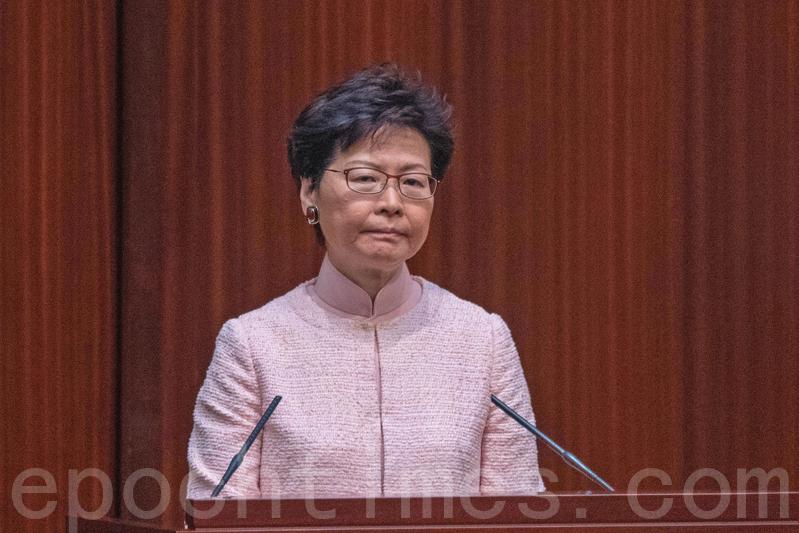 4月21日,香港特首林鄭月娥會見傳媒,承認政府對中聯辦定位不清晰。她曾說「中央單位不應干涉香港事務」,林鄭現在說辭是自打嘴巴。(李逸 / 大紀元)