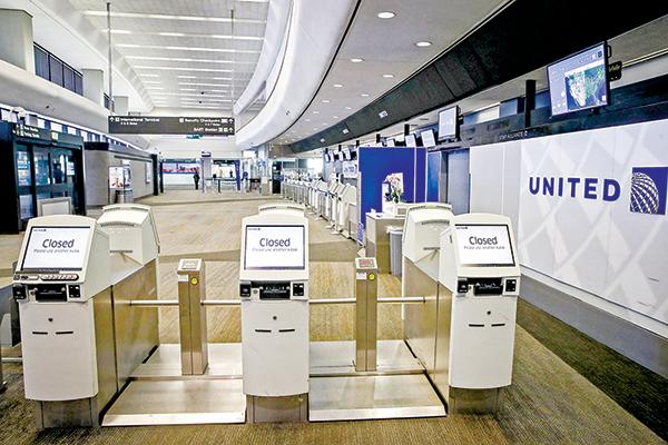 4月2 日,三藩市國際機場美聯航服務台前空無一人的景象。(Getty Images)