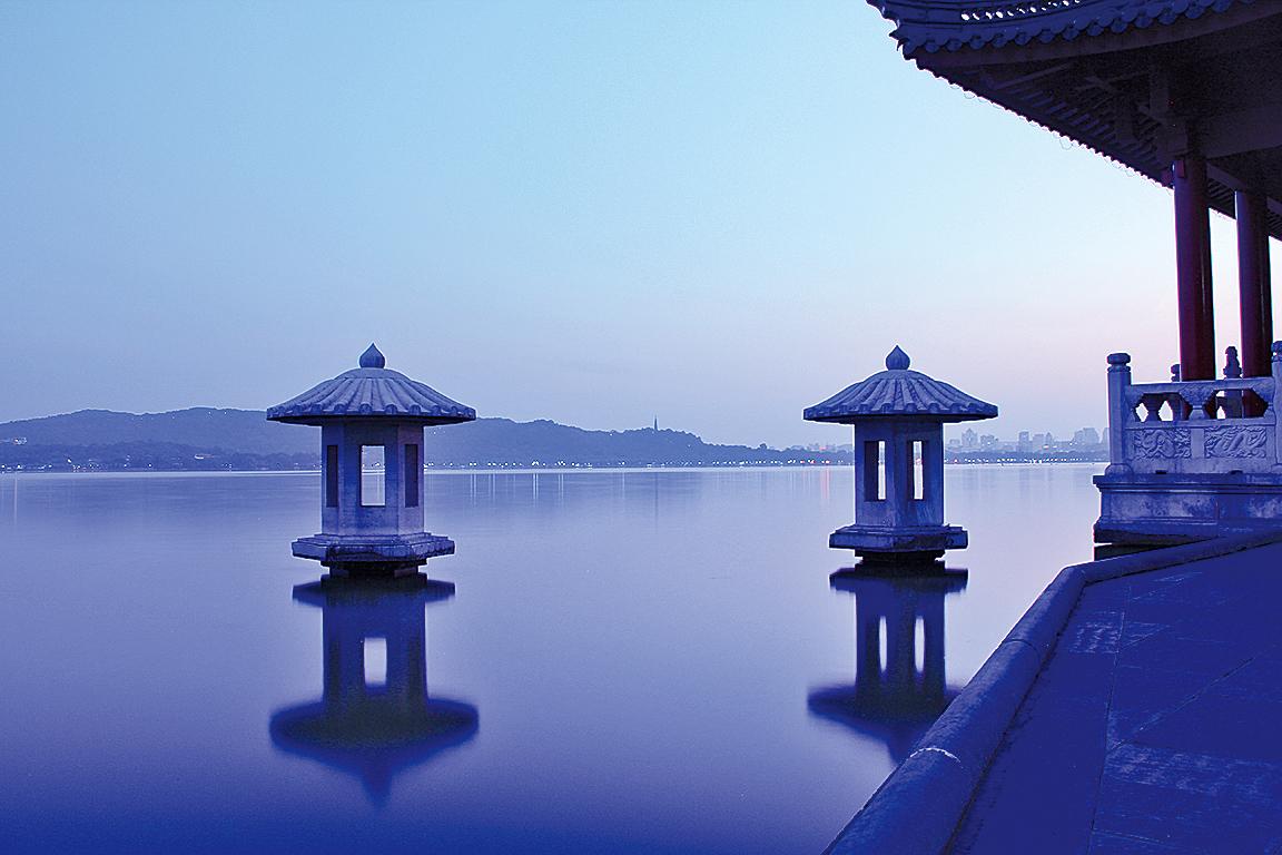 風帶著愁來,雨帶著怨,總把老天的眼淚灑在西湖上面。 ( Jeff chenqinyi /Wikimedia Commons)