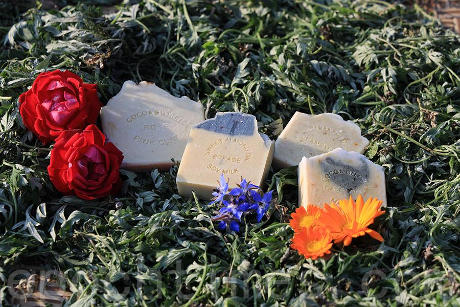 不同花製作的手工皂有不同的功效。(陳仲明/大紀元)