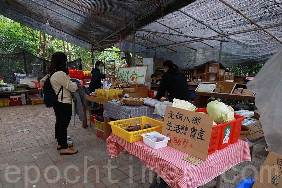 Yan不時在馬寶寶社區農場擺攤,賣自己製作的手工產品。(陳仲明/大紀元)