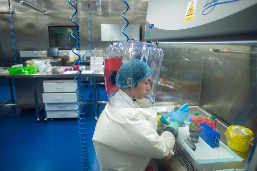 圖為一位員工在武漢P4實驗室裏面工作。(JOHANNES EISELE/AFP via Getty Images)