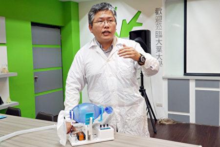 大葉大學校友趙士慶介紹他開發的緊急呼吸器。(大葉大學提供)