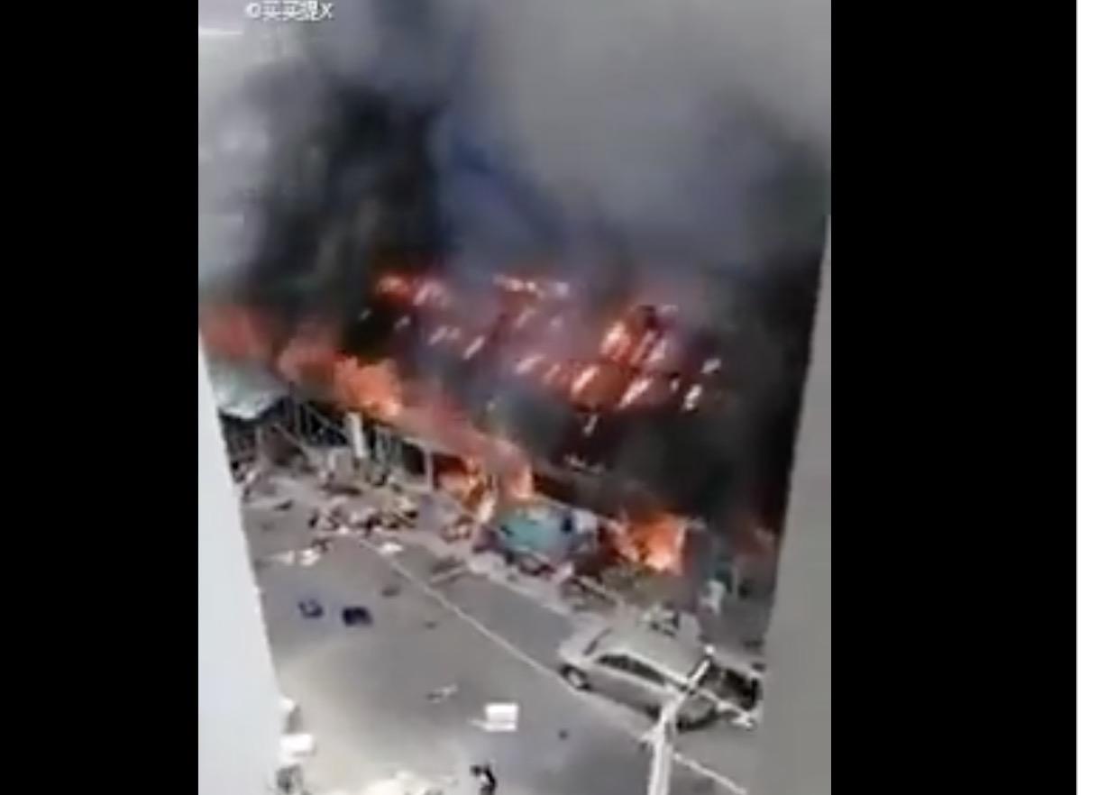網路消息引述非洲媒體報道稱,14日尼日利亞的中資工廠被投擲汽油彈燒毀。(影片截圖)